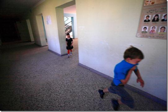Schoolchildren playing in the corridors of the Ganmukhuri school